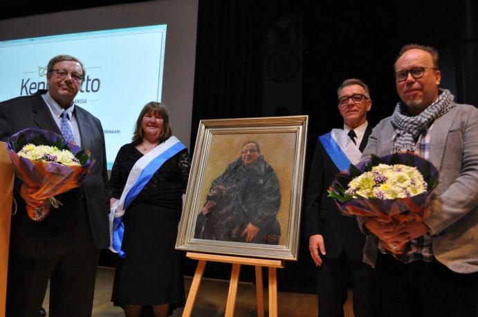 Paavo Rapilan muotokuva paljastettiin kevätvaltuustossa 25.5.2014.  Vasemmalta Paavo Rapila, airueet Kirsi Salmijärvi ja Pertti Korhonen sekä taiteilija Jari Huhta.